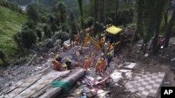 Tim penyelamat Pasukan Penanggulangan Bencana Nasional (NDRF) India melakukan pencarian korban setelah bangunan berlantai tiga runtuh akibat hujan lebat dekat kota Solan, daerah berbukit 310 kilometer utara New Delhi, India, (15/7).