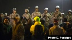 미국 퍼거슨시 경찰서 주변에서 26일 시위가 계속된 가운데, 주방위군 병력이 배치돼있다.