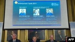 Viện Hàn lâm Khoa học Hoàng gia Thụy Điển loan báo giải thưởng Nobel Vật lý cho 3 khoa học gia Saul Perlmutter, Adam Riess, và Brian Schmidt, ngày 4/10/2011