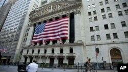 """美国信用评级前景被定为""""负面""""。图为8月5日的纽约证券交易所外。"""
