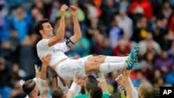 Alvaro Arbeloa de Real Madrid est soulevé par ses coéquipiers après une victoire de leur équipe contre Valencia lors d'un match de la ligue espagnole au stade Santiago Bernabeu à Madrid, Espagne, 8 mai 2016 . (AP photo / Paul White)
