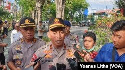 Waka Polda Sulteng Brigjend Nurwindiyanto memberikan keterangan pers seusai memimpin pelaksanaan apel pasukan Operasi Lilin Tinombala 2019 di Mapolda Sulteng, 18 Desember 2019. (Foto: VOA/Yoanes Litha)