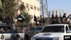 지난해 6월 시리아 락까에서 무장한 수니파 무장단체 ISIL 조직원들이 거리 행진을 하고 있다. (자료사진)