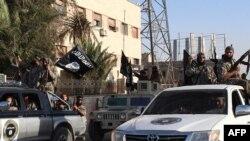 Des combattants du groupe Etat islamique patrouillent à Raqa, Syrie, 30 juin 2014.