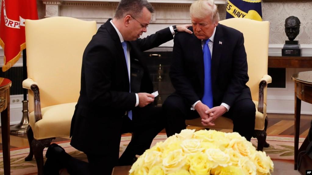 """Mục sư Brunson cầu nguyện cho Tổng thống Mỹ Donald Trump được ban """"ơn khôn ngoan siêu nhiên"""", 13/10/2018"""