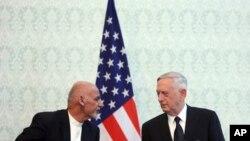 27일 아프가니스탄 카불을 전격 방문한 짐 매티스 미국 국방장관(오른쪽)이 아슈라프 가니 아프간 대통령과의 공동기자회견에서 대화하고 있다. 옌스 스톨텐베르그 NATO 사무총장도 회견에 참석했다.