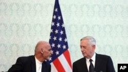Presiden Afghanistan Ashraf Ghani (kiri), berbincang dengan Sekretaris Pertahanan AS Jim Mattis (kanan), dan Sekretaris Jenderal NATO Jens Stoltenberg di istana kepresidenan di Kabul, Afghanistan, Rabu, 27 September 2017.