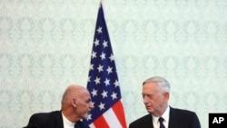 Prezidan afgan an, Ashraf Ghani, agoch ak sekrete defans ameriken an Jim Mattis nan Afganistan pandan yon konferas de près.