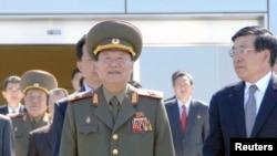 朝鲜劳动党中央书记崔龙海。(中)
