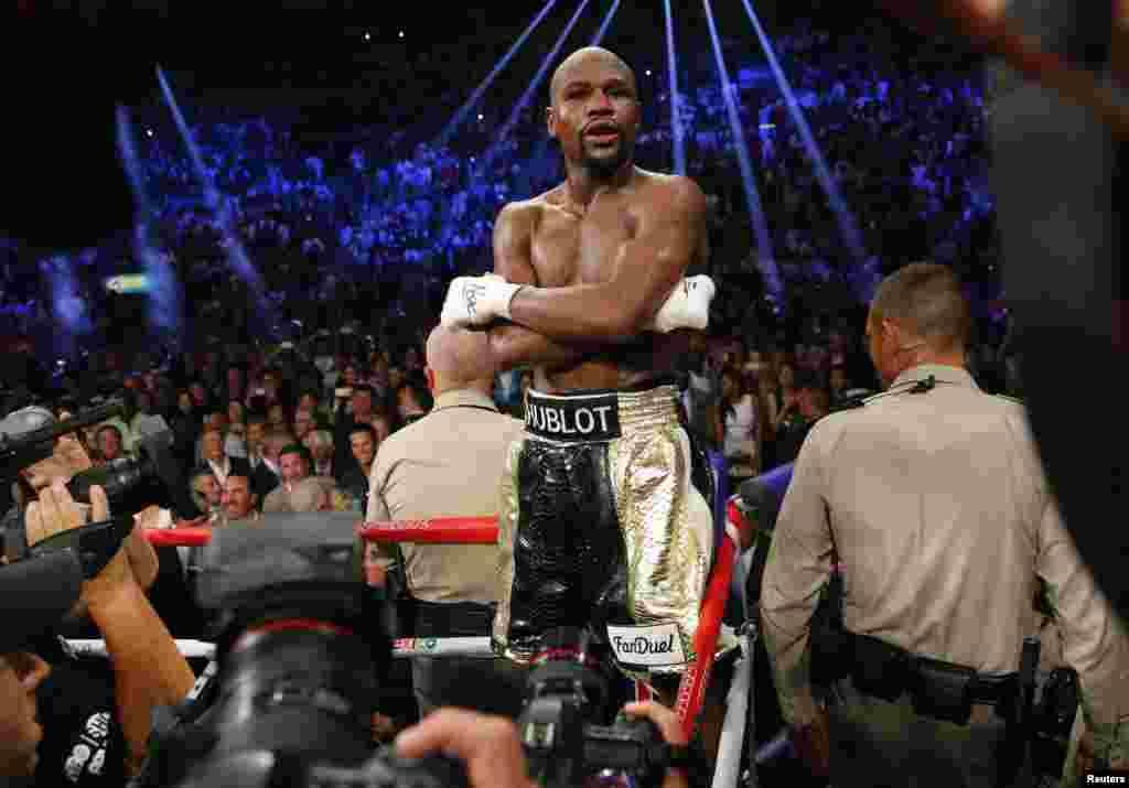 Floyd Mayweather អ្នកប្រដាល់សេរីអាមេរិក ឈរនៅលើរេញ បន្ទាប់ពីបានយកឈ្នះ Manny Pacquiao អ្នកប្រដាល់ហ្វីលីពីន ក្នុងការប្រកួតដណ្តើមខ្សែក្រវ៉ាត់ទម្ងន់មធ្យម WBO និង WBA នៅក្នុងទីក្រុង Las Vegas រដ្ឋ Nevada កាលពីថ្ងៃទី២ ខែឧសភា ឆ្នាំ២០១៥។