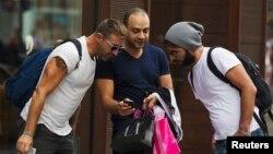 Pria-pria membawa kantung belanjaan di daerah perbelanjaan 5th Avenue di New York. (Foto: Dok)