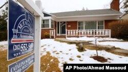최근 미국 주택가격 오름세가 둔화된 가운데, 메릴랜드 실버스프링에 매물 안내 표지판이 붙어있다.