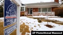 Penjualan rumah di Silver Spring, Maryland (foto: ilustrasi). Utang kredit rumah atau hipotek AS naik $242 miliar menjadi $9,1 triliun tahun lalu.
