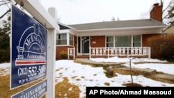 Rumah bekas dijual di Silver Spring, Maryland 21 Februari 2014. Penjualan rumah bekas pada bulan November turun ke tingkat terendah sejak April tahun lalu. (Foto: dok.)