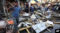 5일 이라크 바그다드 남동부 시아파 지역인 알주베이르 상가지역에 차량 폭탄 테러가 발생한 후 주민들이 잔해를 청소하고 있다.