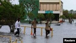Inundaciones en Ciudad de Belice tras el paso del huracán Earl.
