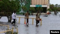 Badai tropis Earl menyebabkan banjir di jalan-jalan di Belize City, ibukota Belize (4/8).