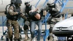 Arhiva - Pripadnici Specijlne antiterorističke jedinice (SAJ) tokom vežbe hapšenja terorista na Beogradskom aerodromu, 6. maja 2009.