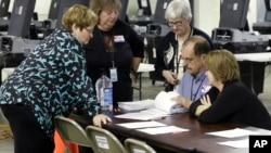 Los gobiernos estatales han tenido que contratar una cantidad de trabajadores temporales para realizar la tediosa tarea de recontar millones de votos.