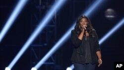 """Candice Glover, pemenang """"American Idol 2013"""" tampil dalam final acara pencarian bakat itu di Nokia Theatre di Los Angeles (16/5). (AP/Invision/Matt Sayles)"""