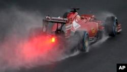 Pebalap Ferrari dari Spaniel, Fernando Alonso ofsaat brewage di arena balap Albert Park, Formula One Grand Prix di Melbourne, Australia, 15 Maret 2014 (Foto: dok).