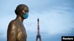 រូបឯកសារ៖ រូបសំណាកដែលមានពាក់ម៉ាស នៅបរិវេណ Trocadero ក្បែរប៉ម Eiffel នៅទីក្រុងប៉ារីស ប្រទេសបារាំង កាលពីថ្ងៃទី២ ខែឧសភា ឆ្នាំ២០២០។