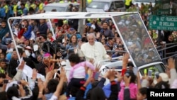 5일 에콰도르에 도착한 프란치스코 로마 카톨릭 교황이 군중의 환영을 받고 있다.