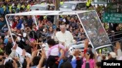 教宗方济各在厄瓜多尔首都基多向欢迎他的信众挥手致意 (2015年7月5日)