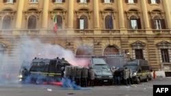 周六成千上万意大利人上街抗议紧缩措施,在经济部前,人们在罗马经济部前采取自卫行动。