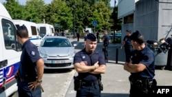 Trappes'de devriye gezen Fransız polisi