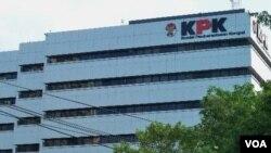 Berbagai kalangan masyarakat menggalang dana untuk pembangunan gedung baru Komisi Pemberantasan Korupsi. (photo: VOA)