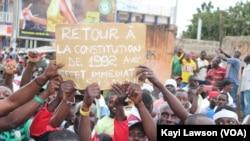 Des centaines de manifestants sont dans les rues de Lomé, au Togo, le 4 octobre 2017. (VOA/Kayi Lawson)