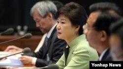 박근혜 한국 대통령(가운데)이 22일 청와대에서 열린 수석비서관회의에서 모두발언을 하고 있다.
