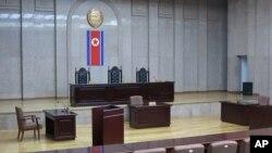 2013年3月20日拍摄的平壤最高法院的照片,墙上挂着朝鲜的国旗。