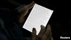 한 남성이 태블릿 PC로 전자책을 읽고 있다. (자료사진)