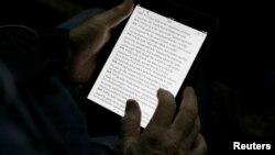 Studi baru menemukan orang yang membaca dengan menggunakan iPad sebelum tidur, memiliki kualitas tidur yang lebih buruk dibanding mereka yang membaca buku sebelum tidur (foto: ilustrasi).