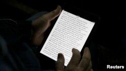 Un hombre lee la biblia en iPad mini en Florencia, Italia. El mercado de las tablets ha decaído profundamente.