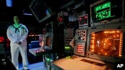 Офицер ВМС США у контрольного пульта пусковой установки баллистических ракет на корабле USS Monterey