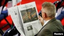 El año pasado 82 por ciento de los hispanos recurrieron a medios de prensa en inglés para informarse de algunas noticias.