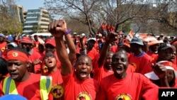 Les agents des entreprises pétrolières en grève en Afrique du Sud, le 9 septembre 2013.