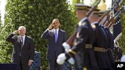 Robert Gates (à gauche) en compagnie du président Obama, à une cérémonie d'adieu au Pentagone, le 30 juin 2011