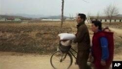 북한 평양과 개성을 도로를 지나는 북한 주민들. (자료사진)