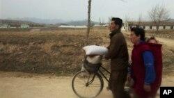 지난해 겨울 자건거를 끌고 평양과 개성을 잇는 도로를 지나는 북한 주민들. (자료사진)