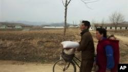 지난 2011년 북한 주민들이 평양과 개성을 잇는 도로를 지나고 있다. (자료사진)