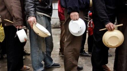 北京附近的一个建筑工地上流动工人在排队吃午饭。随着经济的放缓,中国的就业压力越来越大,要创造每年1600万个就业对中国政府来说是一个巨大的挑战。