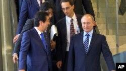 Japanese Prime Minister Shinzo Abe, left, and Russian President Vladimir Putin talk in Vladivostok, Russia, Friday, September 2, 2016.
