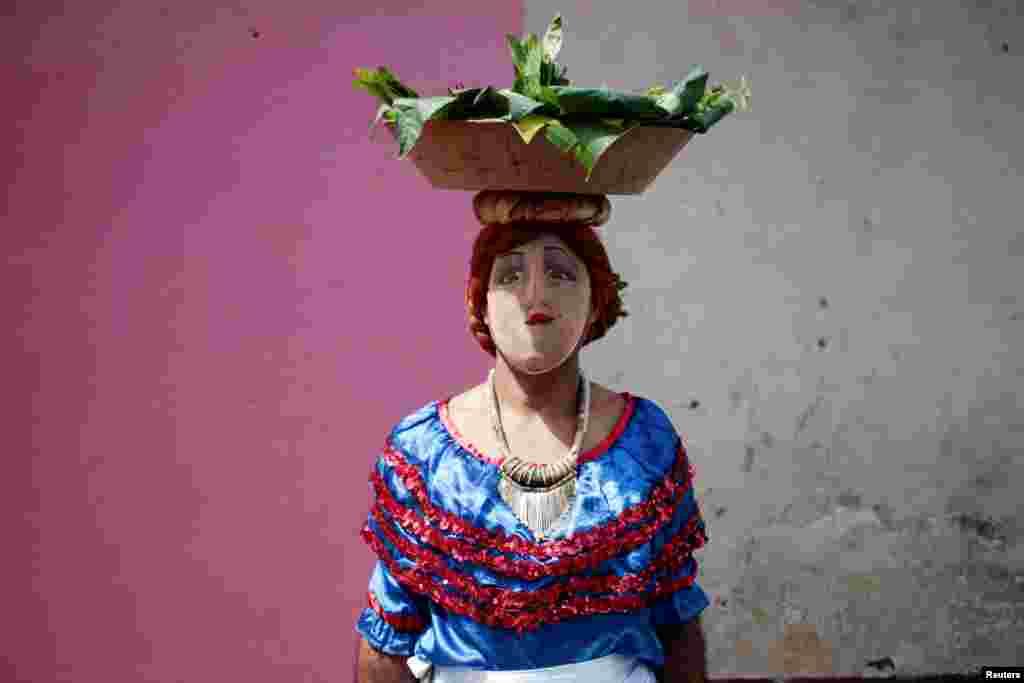Maska taxmış kişi müqəddəs San Ceronimonun şərəfinə keçirilən bayramda iştirak edir. Masaya şəhəri, Nikaraqua.