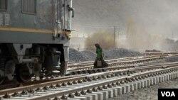 2006年3月4日一藏族妇女跨越青藏铁路拉萨段铁轨