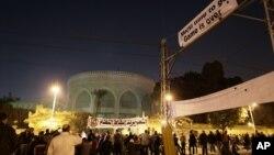 Para aktivis oposisi Mesir melakukan unjuk rasa anti Presiden Morsi di luar istana Presiden Mesir, Sabtu (8/12).