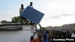 En Afrique, l'énergie solaire vient combler les carences des systèmes d'approvisionnement classiques (VOA)